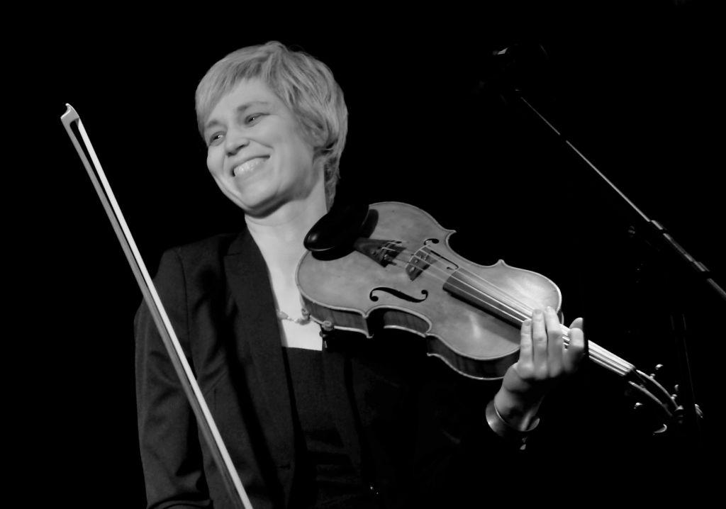 mit Geige lächelnd